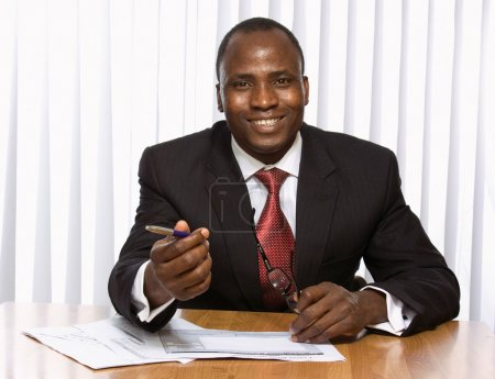 Photo pour Un jeune homme d'affaires afro-américain au bureau - image libre de droit