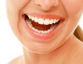úsměv se zuby zdravé ženy