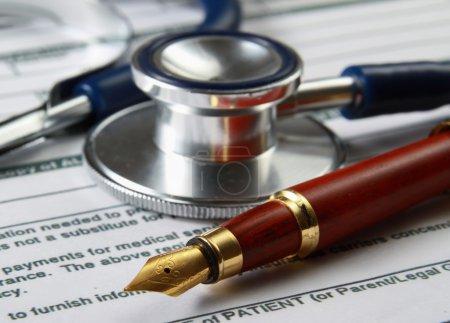 Photo pour Stéthoscope sur relevé de compte médical sur table, tout le texte est anonyme - image libre de droit