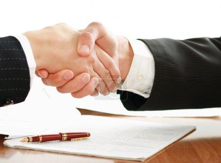Photo pour Poignée de main de partenaires commerciaux - image libre de droit