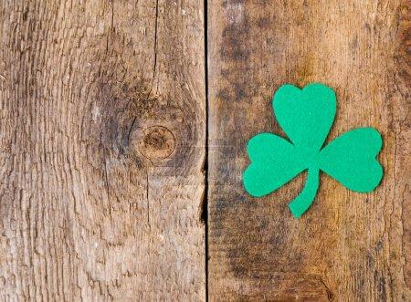 Photo pour Jour de St. Patricks fond avec trèfle - image libre de droit
