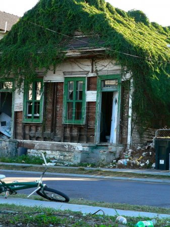 Photo pour Casa gigante en nueva orleans, la, Estados Unidos tras el huracán katrina. - image libre de droit