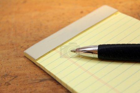 Photo pour Coussin juridique avec stylo sur fond bois - image libre de droit