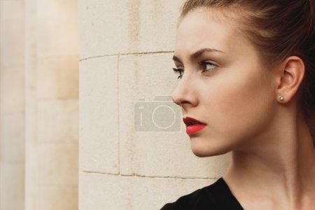 Photo pour Mode beau modèle de femme glamour avec lèvres rouges - image libre de droit