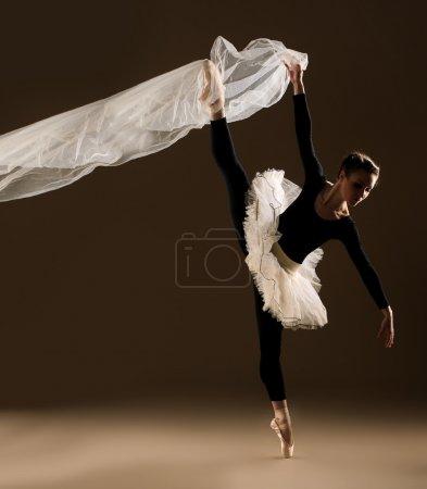 Photo pour Danseuse de ballet en saut sur fond beige - image libre de droit