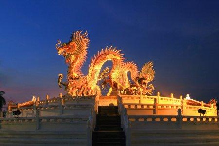 Photo pour Statue de dragon chinois au crépuscule - image libre de droit