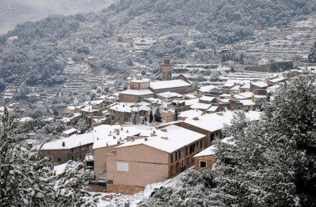 Photo pour Valldemossa, dans la serra de tramuntana de Majorque, neige couvert pendant l'hiver. - image libre de droit