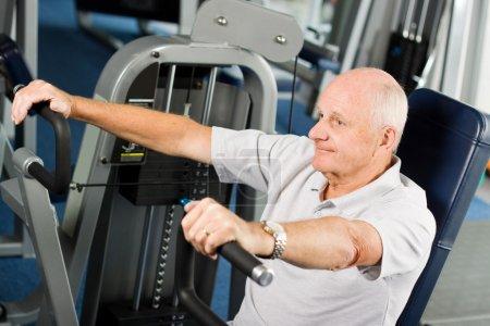 Photo pour Mature homme plus âgé travaillant dans la salle de gym - image libre de droit