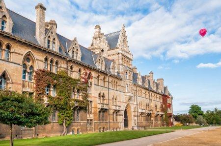 Photo pour Christ Church Université d'Oxford avec ballon à air rouge dans le ciel - image libre de droit