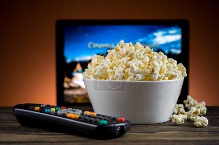 Photo pour Popcorn et une télécommande pour le fond TV - image libre de droit