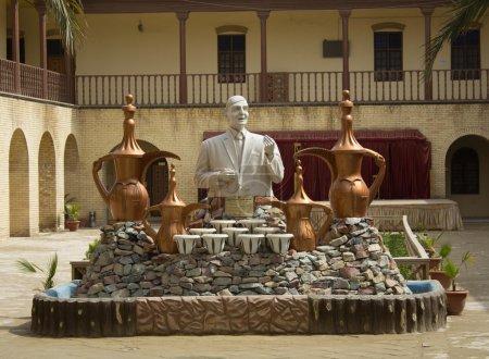 Photo pour Une statue du poète Mohammad Jawahiri dans la rue Mutanabi, une culture de rue à Bagdad Il a de nombreux poèmes et a été banni d'Irak en raison de son opposition au régime de Saddam Hussein - image libre de droit
