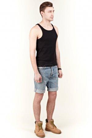 Foto de Hombre con camisa negra y pantalones cortos - Imagen libre de derechos