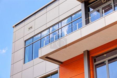 Photo pour Détails de la façade en aluminium et panneaux en aluminium - image libre de droit