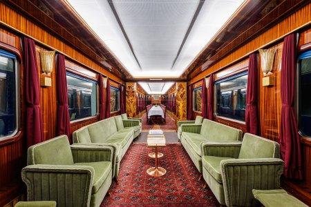 Photo pour Intérieur du vieux wagon de train de luxe - image libre de droit