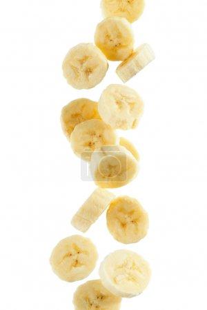Foto de Varias rodajas de banana, sobre fondo blanco - Imagen libre de derechos