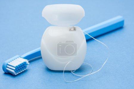 Photo pour Gros plan sur la soie dentaire et une brosse à dents - image libre de droit