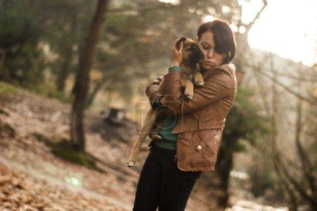 Photo pour Femme aime son chiot - image libre de droit