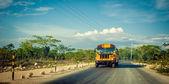 žlutý autobus na venkovské silnici v Dominikánské republice