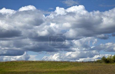 Photo pour Beau paysage avec bleu ciel et les nuages blancs, rayon de soleil, gazon vert paysage - image libre de droit