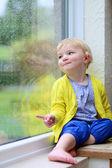 Kis gyerek látszó átmenő ablak