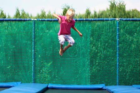 glücklich, schule, junge, springt, auf, trampolin - B50845567