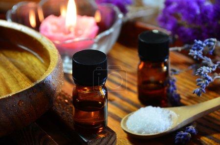 Photo pour Traitement aromathérapie à la lumière des bougies - image libre de droit