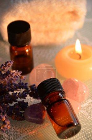 Photo pour Huiles essentielles pour le traitement d'aromathérapie à la lumière de bougie - image libre de droit
