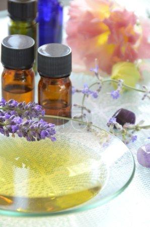 Photo pour Traitement aromathérapie avec des fleurs à base de plantes - image libre de droit