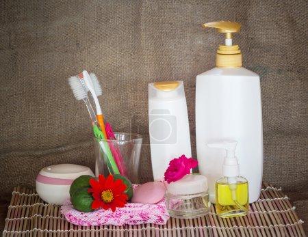 bouteilles cosmétiques serviettes et fleur
