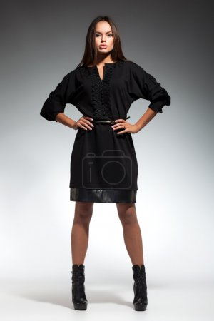 Photo pour Jeune belle fille adulte portant élégant - image libre de droit