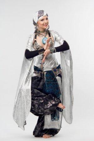 Photo pour Portrait complet d'une femme orientale inoubliable, montrant des mouvements de danse exaltants. Isolé sur le fond blanc - image libre de droit