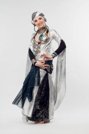 Photo pour Portrait complet de belles femmes orientales, montrant des mouvements énigmatiques dans la danse. Isolé sur fond blanc - image libre de droit