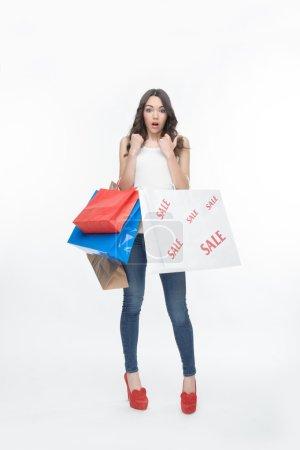 Photo pour Portrait complet de jeune jolie fille, a dépensé tant d'argent dans le grand magasin. Isolé sur le fond blanc - image libre de droit