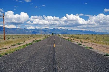 Photo pour Conduire dans les montagnes Rocheuses - image libre de droit