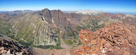 Photo pour Cloches Marron vues de Pyramid peak, Elk Range, Rocky Mountains, Colorado, USA - image libre de droit