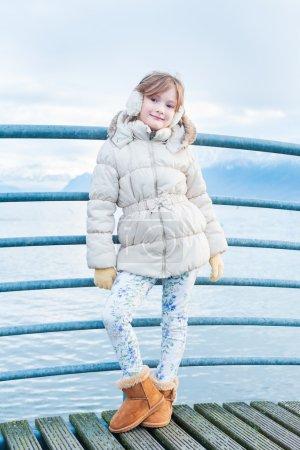 Photo pour Porter le gilet blanc, des imprimés jeans et des bottes marron - image libre de droit