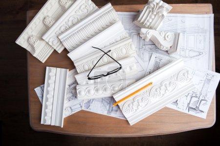 Brille, Bleistift, Designzeichnung und weißer Stuck