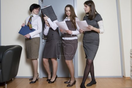 Photo pour Secrétaires en attente de patron prêt pour le rapport. Femme d'affaires, dirige une équipe de l'entreprise dans un bureau - image libre de droit