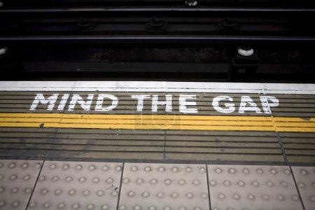 Photo pour Signer - Mind the Gap. Londres. UK - image libre de droit