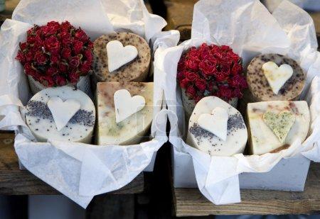 Photo pour Savon aux fleurs séchées et des herbes pour vente - sur un marché français fabriqué à la main, dans la province - image libre de droit