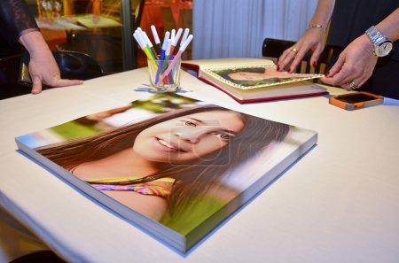 Foto de Gente mirando un álbum de fotos de lujo bat mitzvá - Imagen libre de derechos