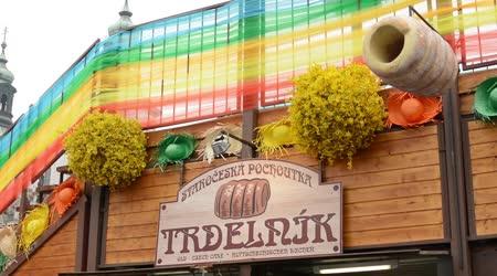 Velikonoční trhy - shop s trdelník (dort) - velikonoční dekorace. Staroměstské náměstí v Praze