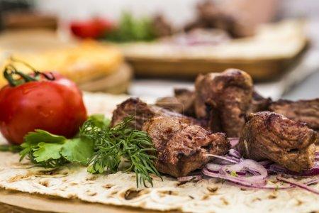 Photo pour Viande grillée dans une assiette avec restaurant de légumes - image libre de droit