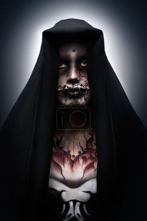 Photo pour Un homme recouvert d'une cagoule dans un costume d'halloween effrayant d'un moine avec piercing et tatouage. Dark maul. - image libre de droit