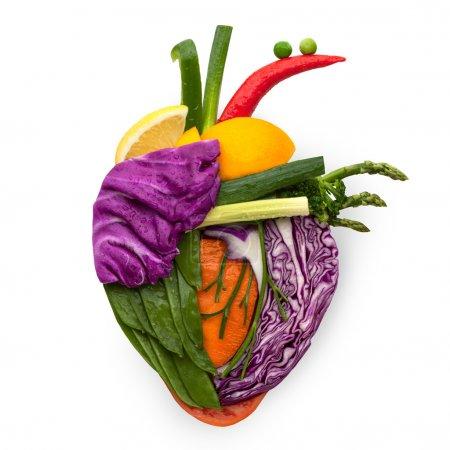 Photo pour Un coeur en santé humain, fait de fruits et de légumes comme un concept alimentaire de manger intelligent. - image libre de droit