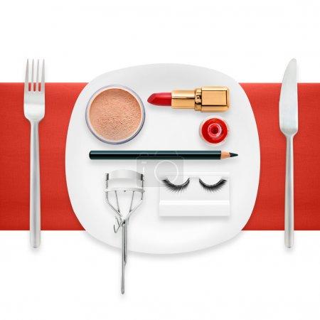 Photo pour Un concept de mode d'accessoires de maquillage sur une assiette comme un aliment cosmétique . - image libre de droit