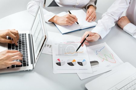 Photo pour Gros plan sur les gens d'affaires discutant d'un plan financier - image libre de droit