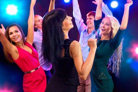 Photo pour Les jeunes s'amusent à la fête - image libre de droit