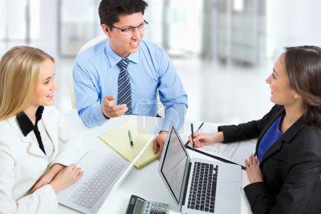Photo pour Partenaires commerciaux travaillant dans un ordinateur d'un bureau - image libre de droit