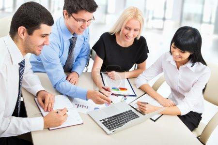 Photo pour Groupe de gens d'affaires travaillant ensemble dans un bureau - image libre de droit